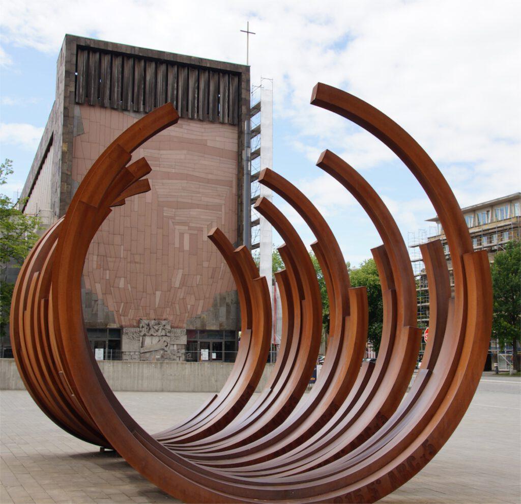 duisburg skulptur 5 mal 5 boegen bernar venet