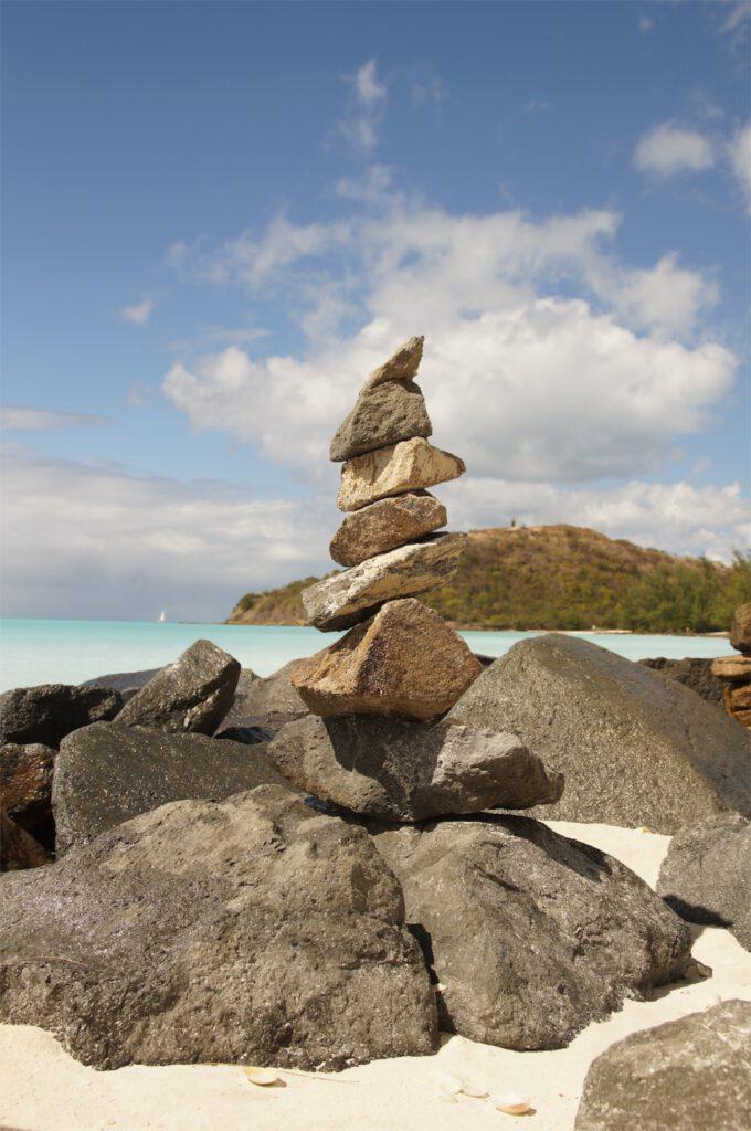 karibik aufeinander gestapelte steine steinmaennchen steintuermchen