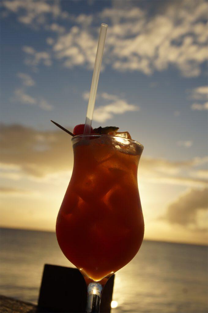 karibik cocktail beim sonnenuntergang